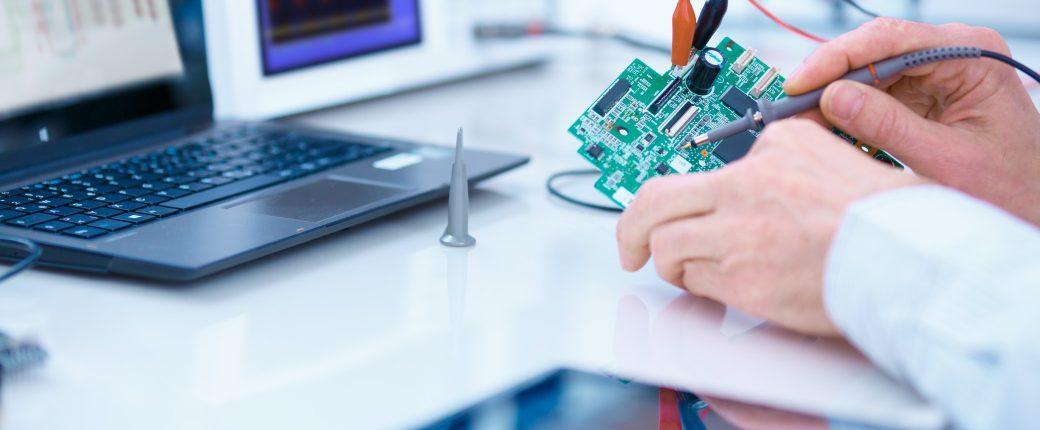 Billede der illustrerer Develcos produktudvikling med en justering af et elektronisk device