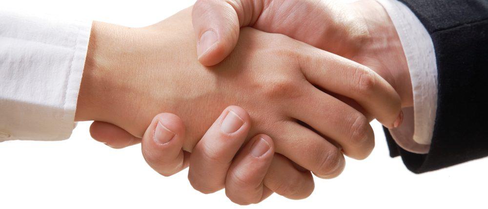 Billede af to hænder, der giver hinanden et tryk som tegn på indgåelse af samarbejde